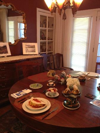 A Bella Vista Bed and Breakfast: Breakfast Table