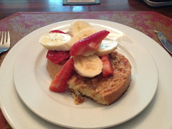 A Bella Vista Bed and Breakfast: French Toasts with Peanut Butter and Fresh Fruit Toppings