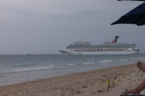 Fort Lauderdale Beach: A cruise ship leaving through the causeway