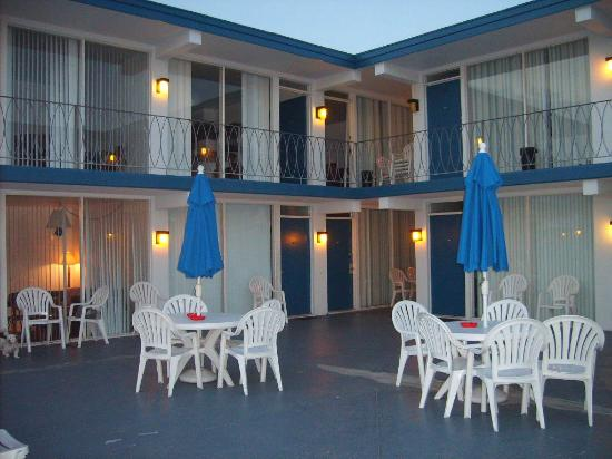 Tide Winds Motel: patio area