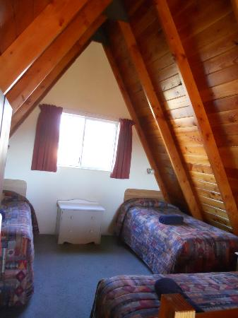Mountain Chalet Motels: Upper floor room