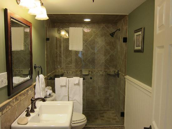 Captain's Quarters: great bathroom