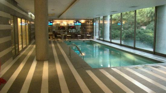 Holiday Inn Santiago Airport: Pileta y gimnasio