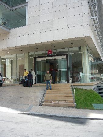 Ibis Bogota Museo: Entrada del hotel