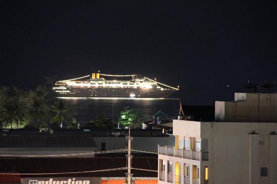 Patong Hemingway's Hotel: Photo Of queen mary 2 from roof top pool