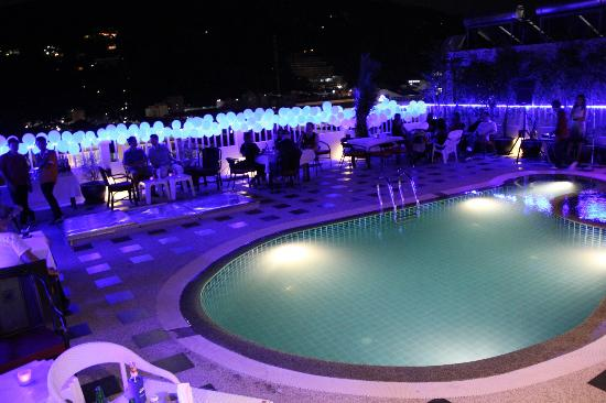 Patong Hemingway's Hotel: roof top pool / bar