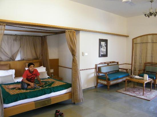 Heritage Khirasara Palace : Large rooms and bed