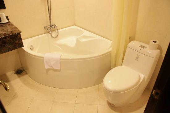 La Belle Vie Hotel: Bañera...