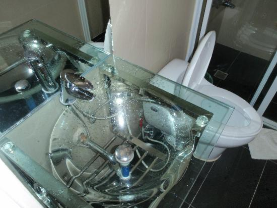 Mito's Place Boracay: Bathroom Glass Sink