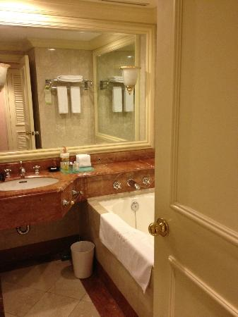 Grand Hi-Lai Hotel Kaohsiung : Big Mirror inside the Toilet