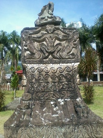 Airmadidi, Endonezya: A beautifully carved waruga