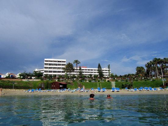 Cavo Maris Beach Hotel : Вид с моря на отель.