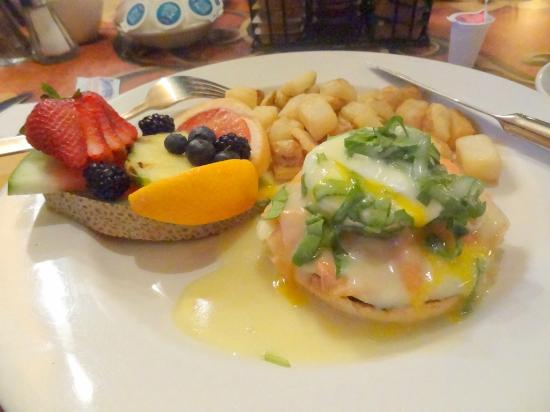 BEST WESTERN PLUS Hotel Universel Drummondville: Swedish breakfast with smoked salmon