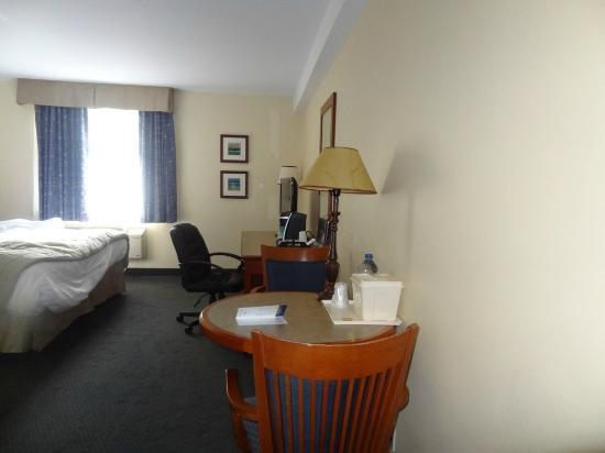 Hotel St. Bernard: Desk and table
