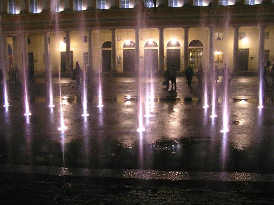 B&B Del Vescovado: fountain  in front of theater
