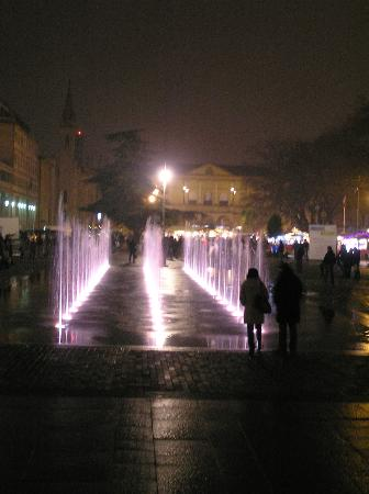 B&B Del Vescovado: Fountains in front of theater