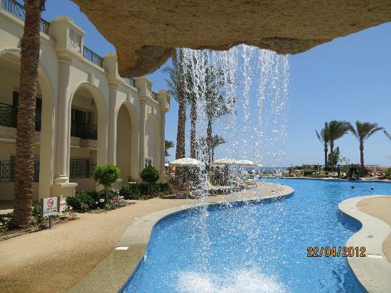 Stella Di Mare Beach Hotel & Spa: Cascade piscine rez jardin