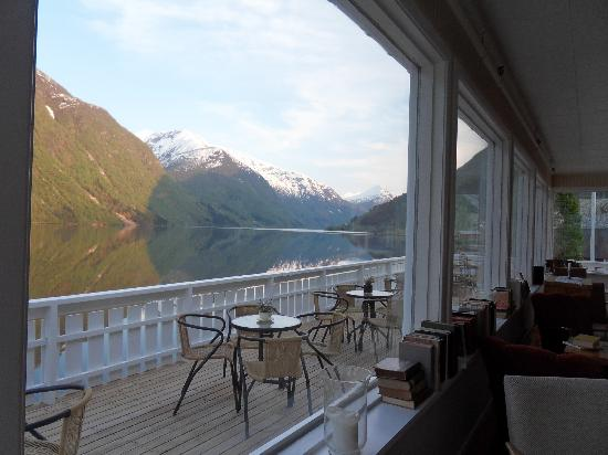 Fjaerland Fjordstue Hotell: View from sitting room and balcony