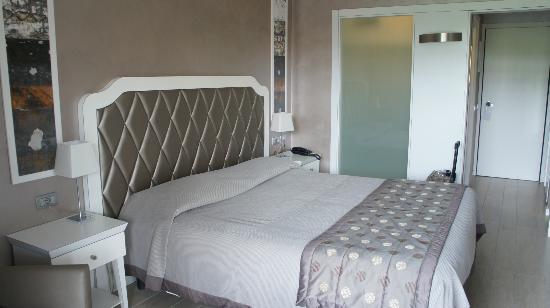 Parc Hotel Gritti: Zimmer mit Blick auf das grüne Glas, da hinter die Dusche