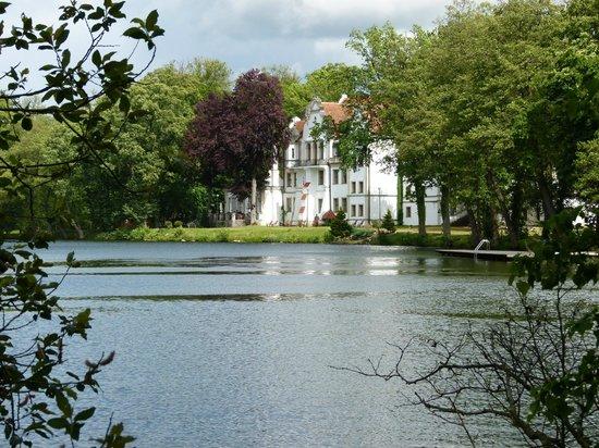 Castle Podewils Hotel : Hotel vom See aus