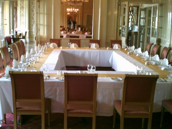 Queen's Hotel: Reunion dinner table