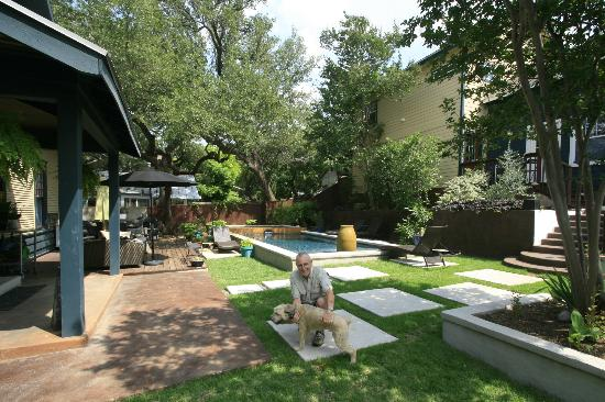 Gateway Guesthouse: Pool side with the puppy