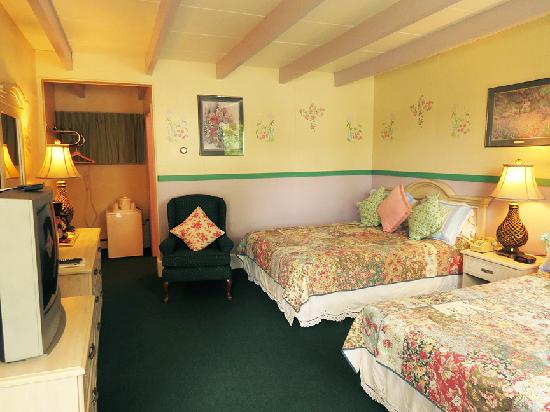 Claddagh Motel & Suites: double queen room with waterview