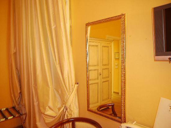 Albergo San Martino: Curtains and mirror