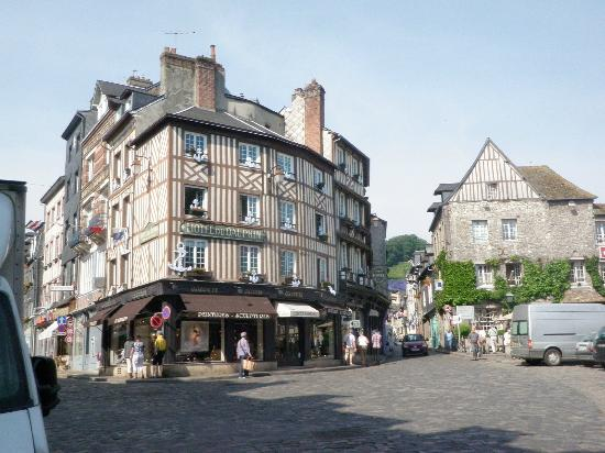 Hotel du Dauphin: Charning building and location