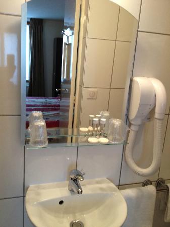 هوتل دي ريمز: salle de bain- petite, propre et fonctionnelle