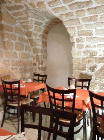 هوتل دي ريمز: Petit déjeuner dans une très belle cave voûtée