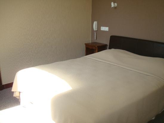 L'hostellerie de l'Eveche: le lit tres confortable et spacieux