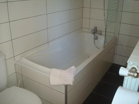 L'hostellerie de l'Eveche: baignoire de la salle de bain