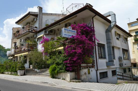 Itri, Italia: Veduta esterna dell'albergo ristorante Il Grottone