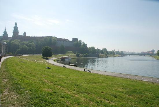 Kossak Hotel: Passeggiata lungo il fiume