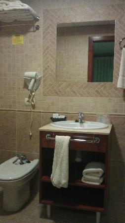 Hostal Serruchi: Baño, muy completo, con plato de ducha