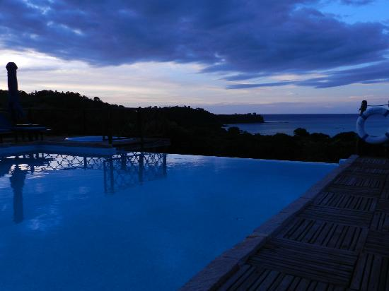 Le Grand Bleu : Sunset at the pool