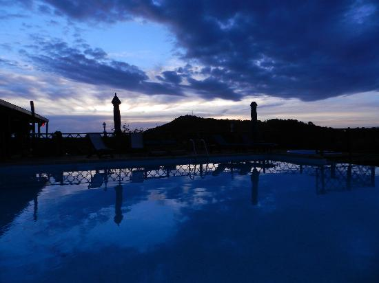 Le Grand Bleu : Sunset by the pool