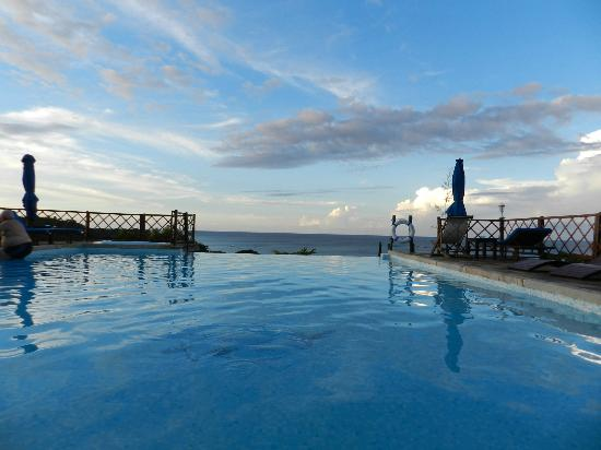 Le Grand Bleu: Infinity pool with an amazing view