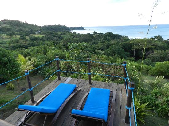 Le Grand Bleu : Lounging area overlooking the ocean by the pool