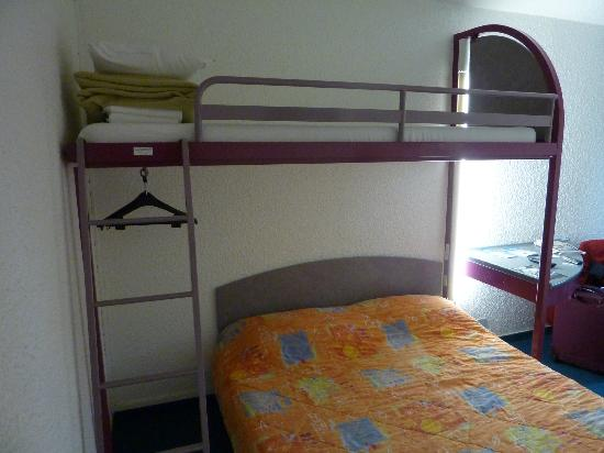 Egg Hôtel : View of hanging space.  Snorers could be sent to the upper bunk.