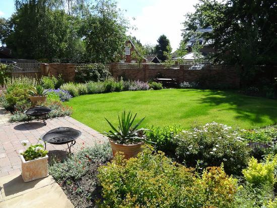 St Anne's School House: Beautiful garden