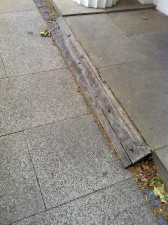Guards Museum : Unsuitable ramp to shop.