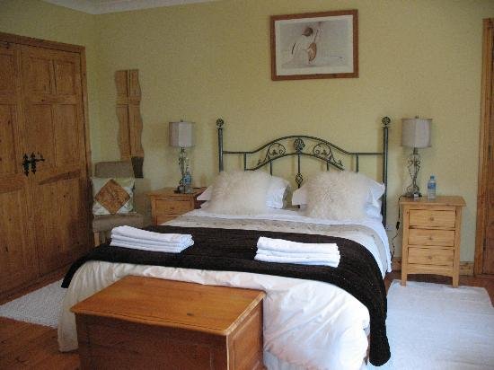 Newlands Lodge: queen room, front of house, very nice