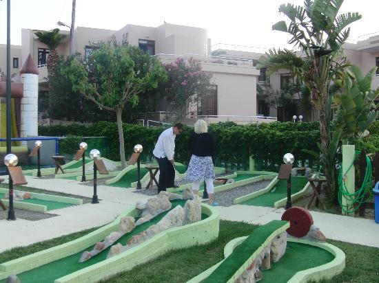 Agia Marina, Grecia: Minigolf nextdoor, the hotel in the background