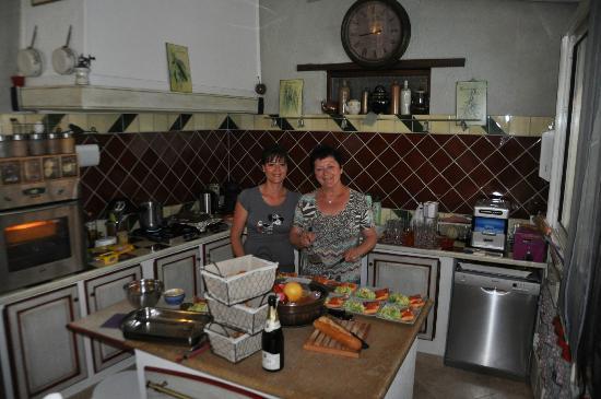 Bedoin, France: nos hôtesses nous préparant le diner