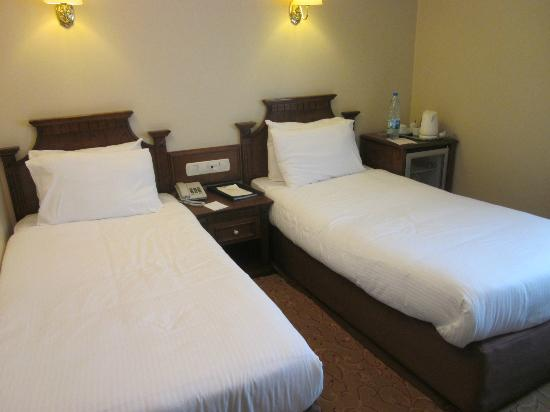 Best Western Citadel Hotel: Twin Beds(the one on the left is against the wall)