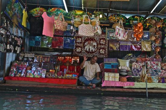 Shoppers at the Damnernsaduak Floating Market near Bangkok ...