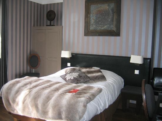 Qualys Hotel L'Auberge du Forgeron : Chambre