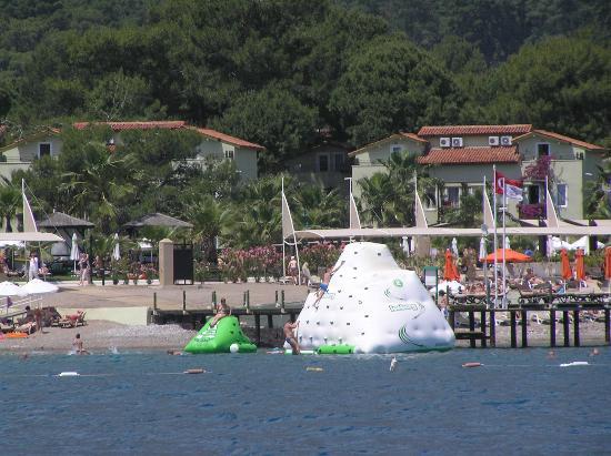Crystal Flora Beach Resort: beach